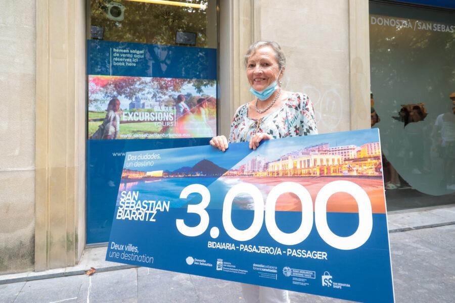 Christine Bertrand izan da Donostia eta Miarritze lotzen dituen autobuseko 3.000. bidaiaria. (Argazkia: Donostia Turismoa)
