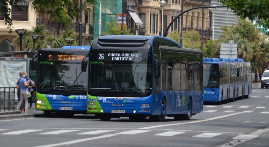 Dbuseko autobusak Bulebarrean. (Argazkia: Irati Salsamendi)