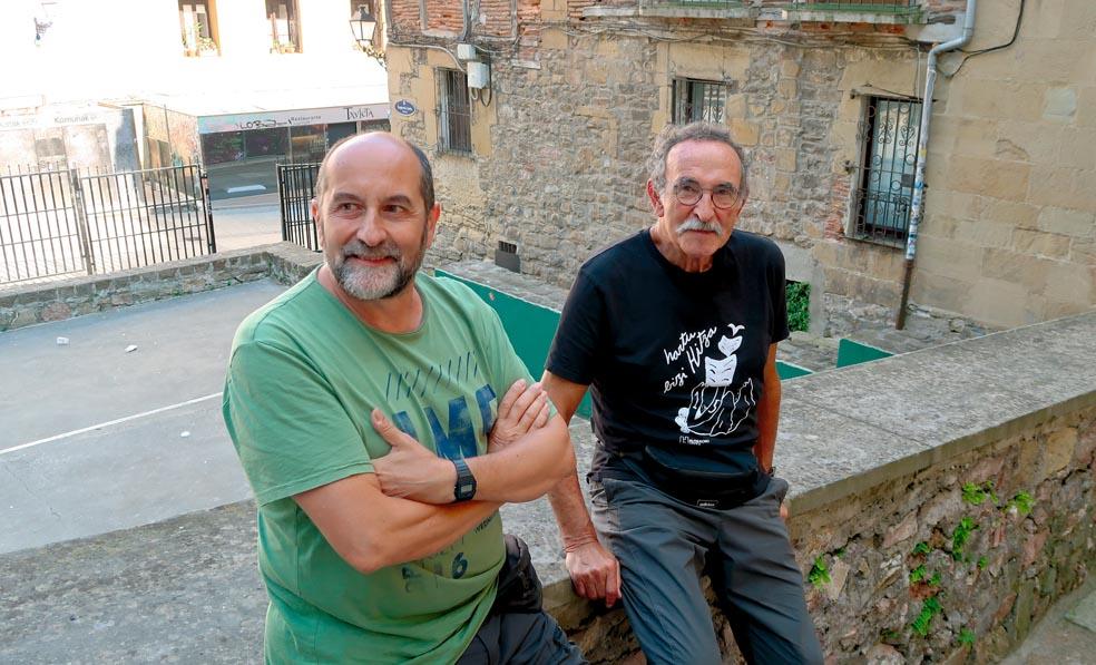 Josean Catalan eta Jexux Arrizabalaga, Trinitate plazan. (Argazkia: Mikel Elkoroberezibar Beloki)