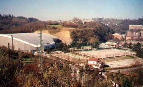Anoeta ingurua 1990an, Kirol Hiri zaharra eta baserriak eraitsi baino lehen. (Argazkia: Ricardo Berasategi)