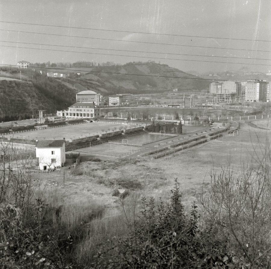 Anoetako Kirol Hiria, 1950eko hamarkadan. Ezkerraldean, Uralde baserria. (Argazkia: Paco Mari / Kutxateka)
