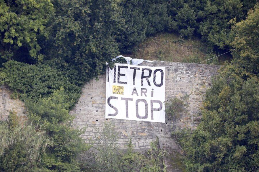 Satorralaiak kokatutako metroaren aurkako pankarta, Urgullen. (Argazkia: Joseba Parron San Sebastian)